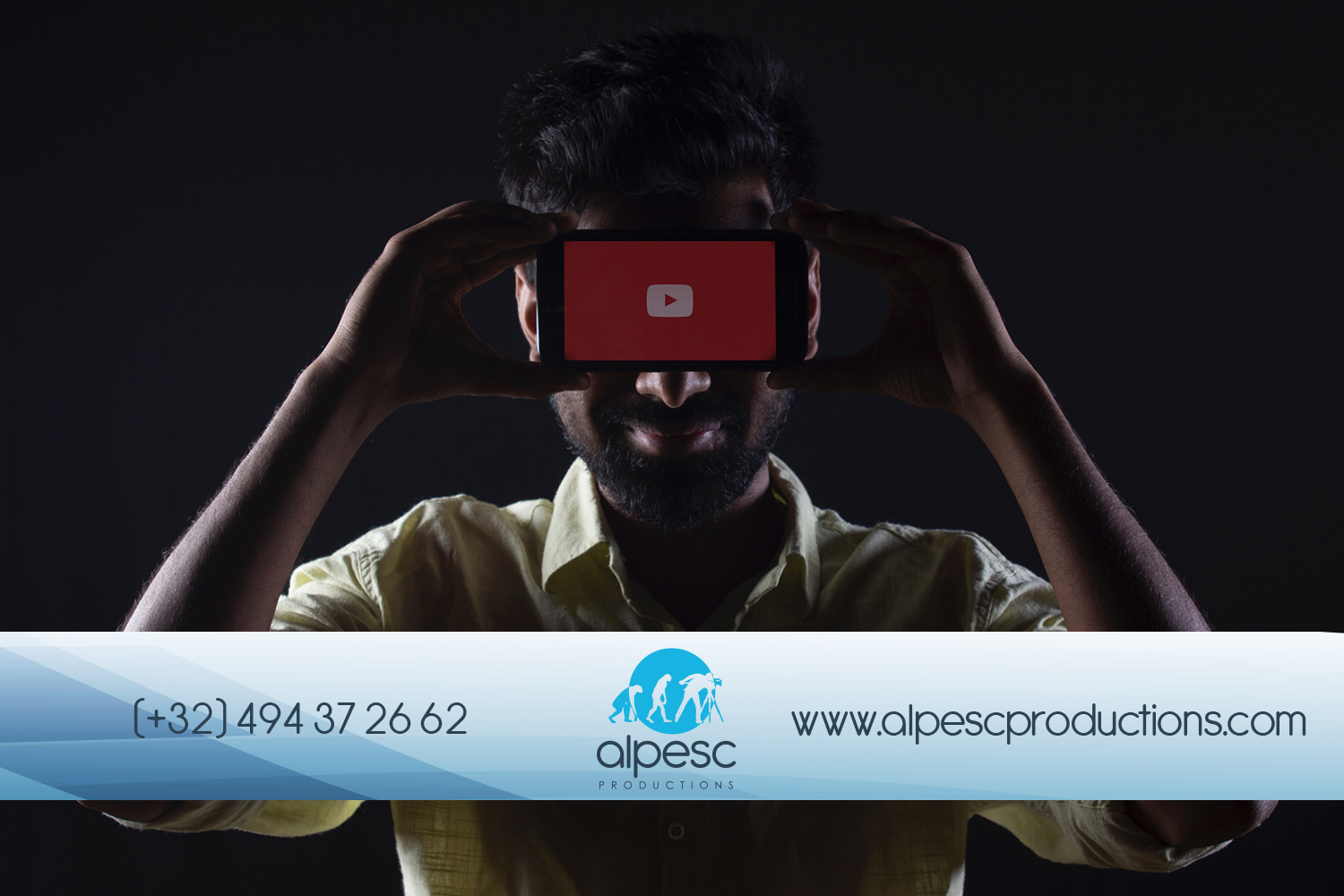Homme regardant YouTube sur son smartphone.